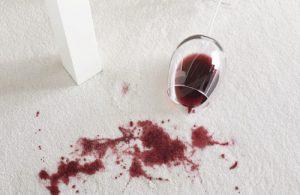 שטיח לבן עם כתם יין
